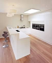 pur weiße küche in u form mit holzbodenbelag küchen in u