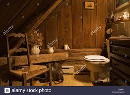rustikales badezimmer in der oberen etage innerhalb eines