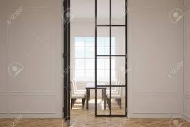 eingang zu einem esszimmer mit einem großen fenster und einem tisch mit stühlen konzept des minimalismus 3d rendering mock up