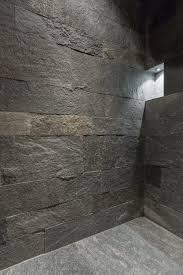bei der dusche im badezimmer wurde der boden und die wände