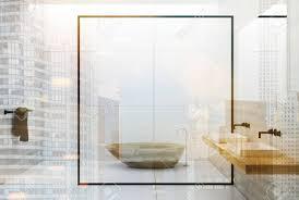 weiße fliesen und boden badezimmer interieur mit einem doppel waschbecken mit einem spiegel darüber ein schwarzes handtuch in der ecke und eine