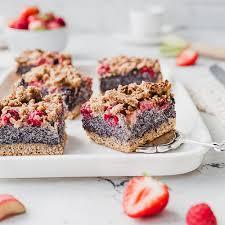 veganer erdbeer rhabarber mohnkuchen mit streuseln