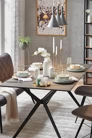 esszimmer mit tisch aus dunkler keramik und deko im nordic