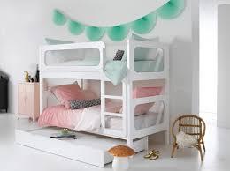 chambre avec lit superposé lit superposé blanc draps de lit et vert bleu chambre de