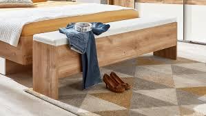 gepolsterte schlafzimmerbank tameem aus holz mit stauraum