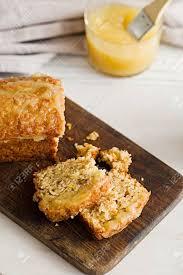 scheiben einer verglasten apfelmus haferflocken brot auf einem weißen marmortisch ideal gesundes frühstück mit kaffee und brot kuchen