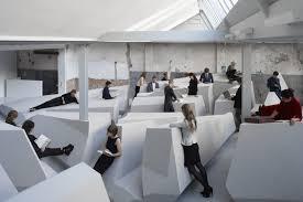 travailler dans les bureaux un bureau open space sans table ni chaise économie les plus de