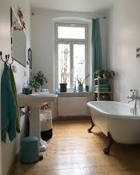 bathroom im oktober mit weinblättern über dem sp