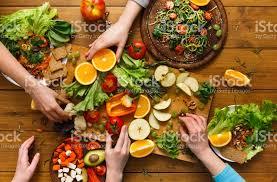 femmes plus cuisine table à dîner femmes mangent des aliments sains à la cuisine à