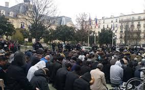 conforama place de clichy un millier de fidèles prient dans la rue après la fermeture de la