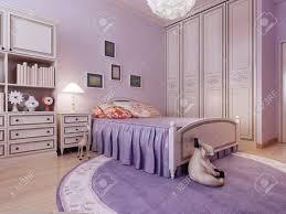 deco gemütliches schlafzimmer idee geräumiges zimmer mit lila wänden einem großen kleiderschrank ein großes bett und ein runder teppich ist für