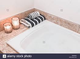badezimmer mit gemütlichen laternen gestreifte bettwäsche