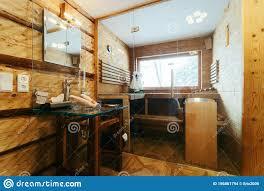 modernes badezimmer mit holzsauna stockfoto bild
