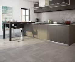 grauer boden fliesen küche verkostungsraum moderne küche