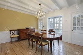 wohn esszimmer mit weißem holz deckenbalken und gold wände