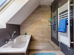 salle de bains gris et bois sous les combles de cecile a veretz jpg p hi w795