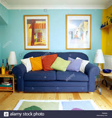 bunte bilder an der wand oben ein blaues sofa mit bunten