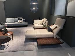 rolf aura sofa mit drehsitzen in leder auf plattform in holz nussbaum