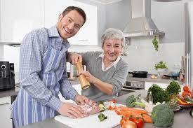 femmes plus cuisine homme et femme plus âgée faisant cuire ensemble dans la