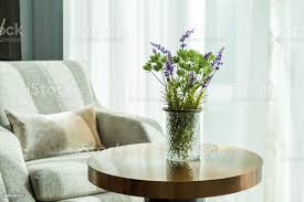 grüne blumen und lila blumen in vase auf dem tisch im wohnzimmer stockfoto und mehr bilder behaglich