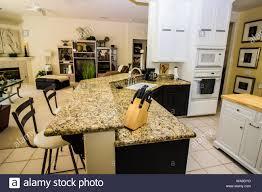 moderne granit küchenbar und offenes wohnzimmer