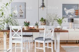 weiße stühle holztisch mit blumen in den eklektischen esszimmer interieur mit plakaten echtes foto stockfoto und mehr bilder apfel