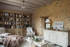 ländliches wohnzimmer mit bücherschrank bild kaufen