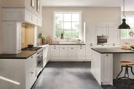landhausküche mit weiß gebeizten holzfronten
