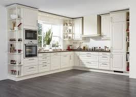 l form landhausküche in cremeweiß mit holzarbeitsplatte