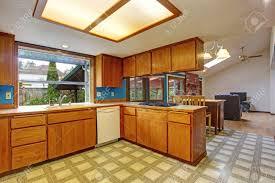 helle küche zimmer mit dachfenster und linoleum blick auf ess und wohnzimmer