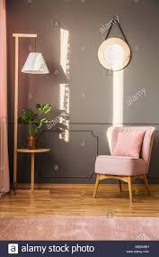 rosa sessel nächste unter holz le in grau wohnzimmer
