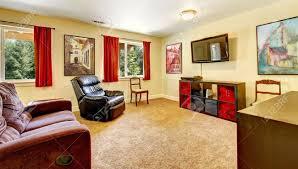 tv wohnzimmer mit kunst und rote vorhänge und teppich beige mit braunen möbeln