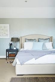 schimmernde tapete im schlafzimmer in bild kaufen