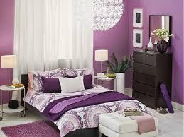 lila schlafzimmer gestalten deko ideen mit bildern