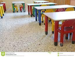 stühle und kleine tabellen im esszimmer der