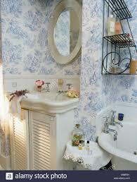 vintage waschbecken im unterschrank mit gestrichene türen im