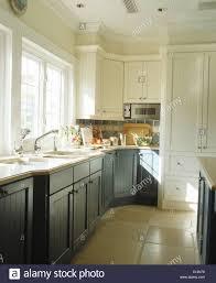 blau grau einbauschränke in weiße küche mit stein fliesen