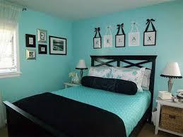 schlafzimmer blau mit schwarzem bett freshouse