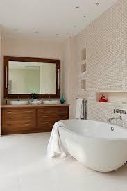 geräumiges badezimmer mit deckenspots bild kaufen