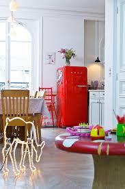 roter kühlschrank und leucht reh in bild kaufen
