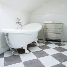 weiße und graue fliesen im modernen badezimmer