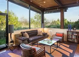so kann ein sofa vor fenster zuhause aussehen ideen und tipps