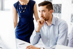 de sexe dans un bureau employé de bureau de sexe masculin s asseyant au bureau image
