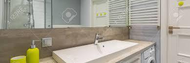 badezimmer mit arbeitsplatte und großem spiegel panorama
