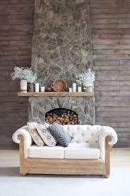 gemütliches wohnzimmer mit öko dekor holz und naturkonzept
