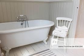 badewanne und stuhl im kunstvollen badezimmer