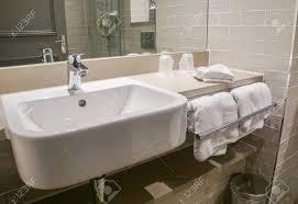 luxus waschbecken keramik und weißes handtuch im badezimmer hotel