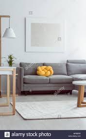 gelbe knoten kissen auf graue sofa gemütliches wohnzimmer