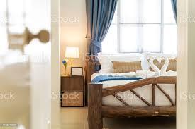 schlafzimmer des hauses oder haus mit gemütlichem bett schwanentuch hoch angehobene decke und blaue decke innenarchitektur immobilien stockfoto und