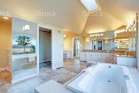 luxuriöses badezimmer mit whirlpool und atemberaubenden blick auf fenster stockfoto und mehr bilder architektur